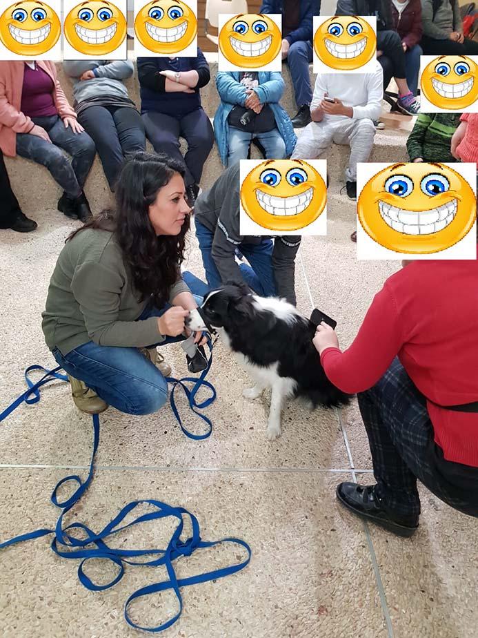 מטפלת בעזרת כלבים